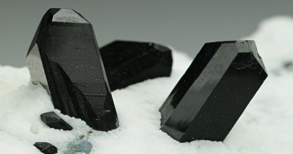 Neptunite – Properties and Occurrences